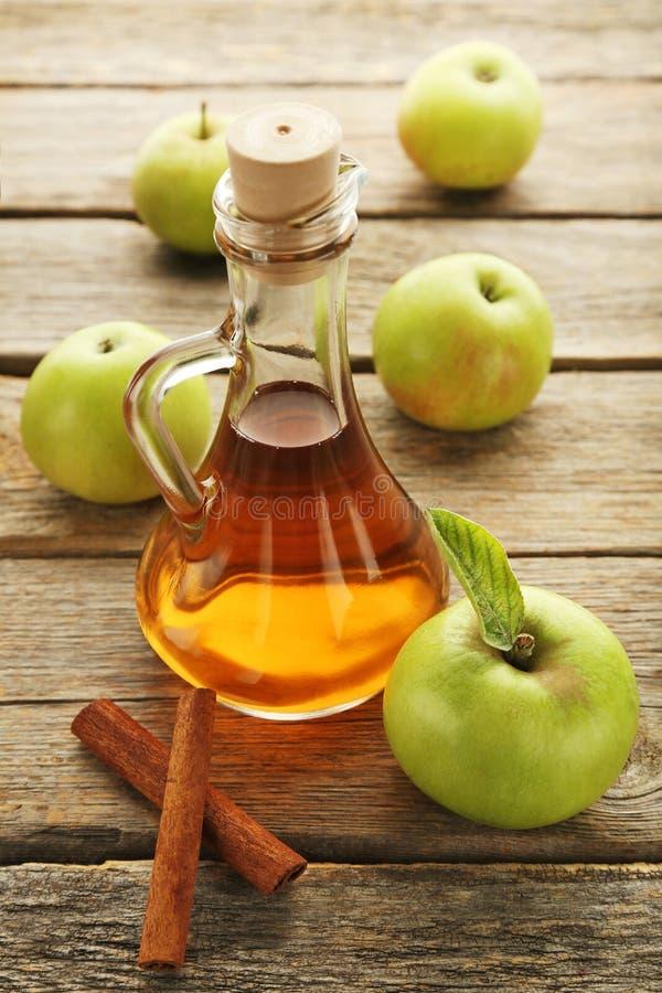 Apple-azijn in glasfles stock afbeelding