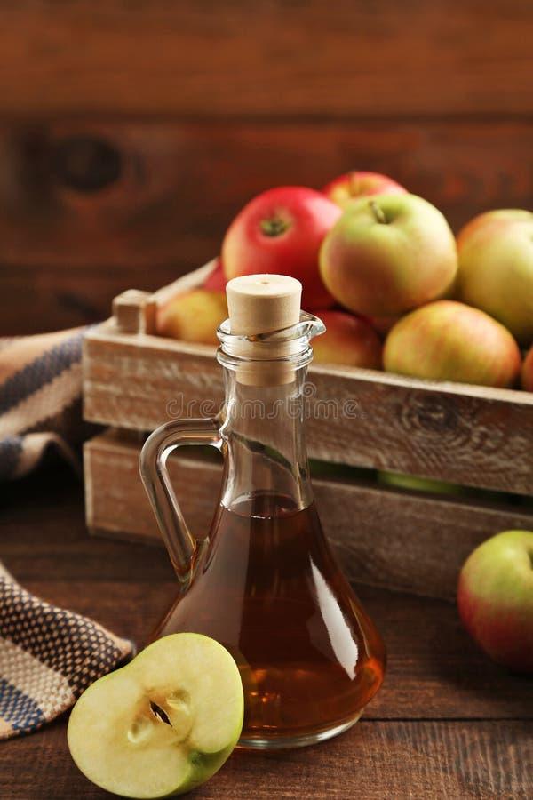 Apple-azijn in glasfles stock fotografie