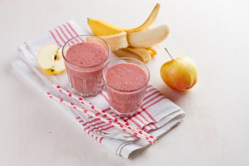 Apple, bär- och banansmoothie (milkshake) arkivbild