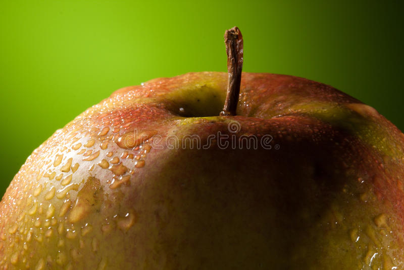 Apple bagnato con le gocce dell'acqua fotografia stock libera da diritti