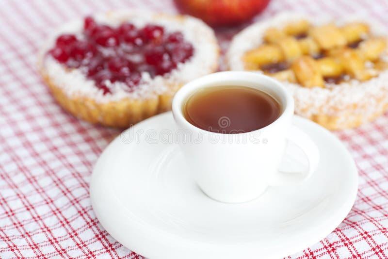 Apple, bella torta con le bacche ed il tè fotografia stock libera da diritti
