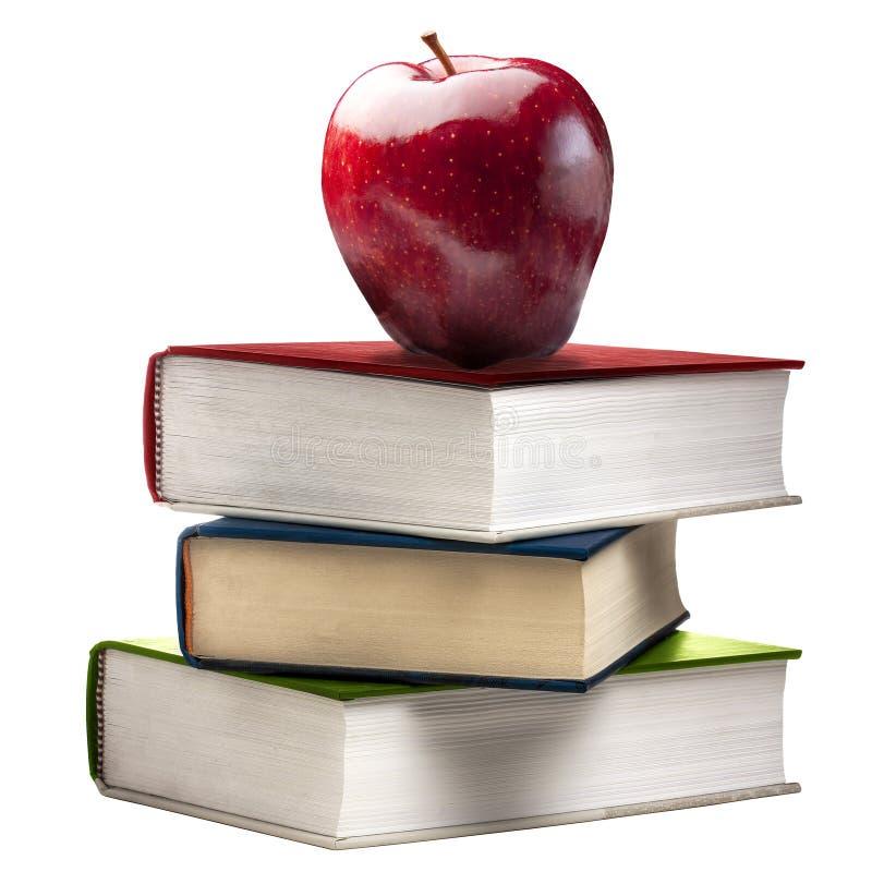Apple brillante rosso impila i libri del libro colorati isolati fotografia stock libera da diritti