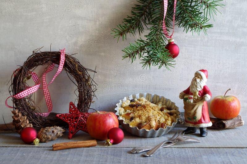 Apple-cake met kruimeltaarten aan Kerstmis stock fotografie