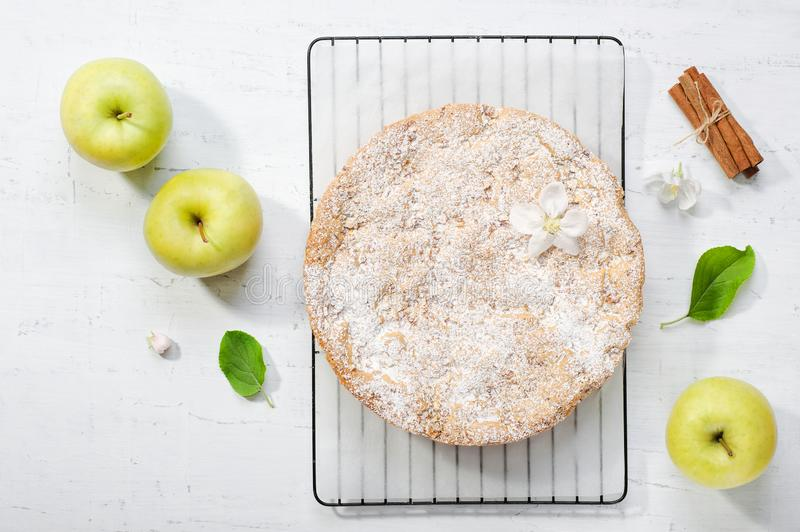 Apple-cake met suikerglazuursuiker op de grijze achtergrond stock foto's