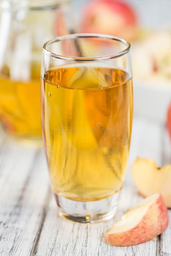 Apple-Cider op houten achtergrond & x28; selectieve focus& x29; stock afbeelding