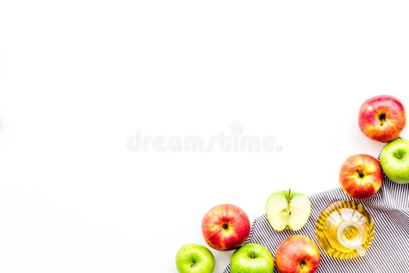 Apple-ciderazijn in fles onder verse appelen op de witte ruimte van het achtergrond hoogste meningsexemplaar stock foto