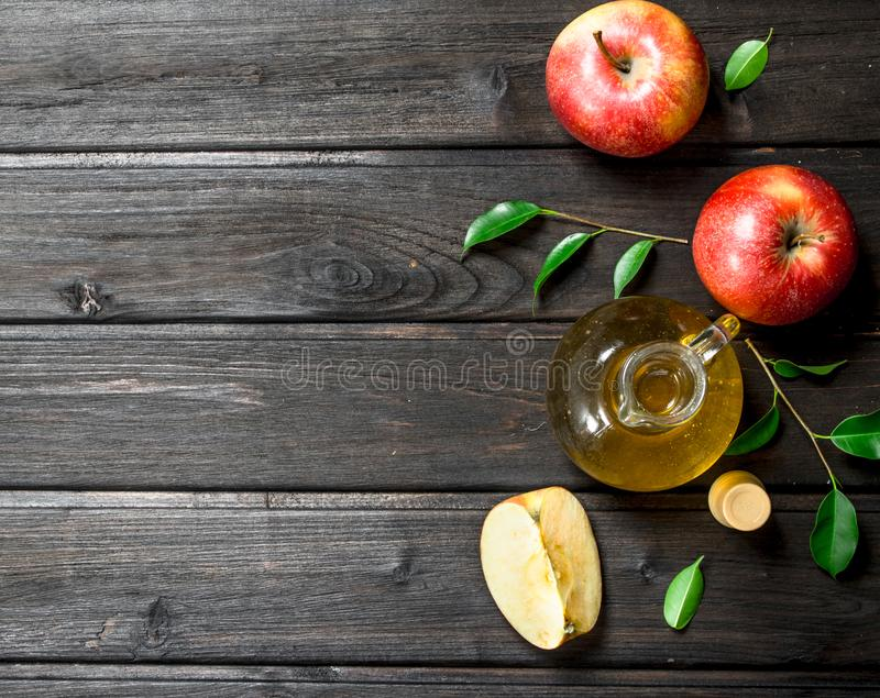 Apple-ciderazijn met verse appelen stock foto's