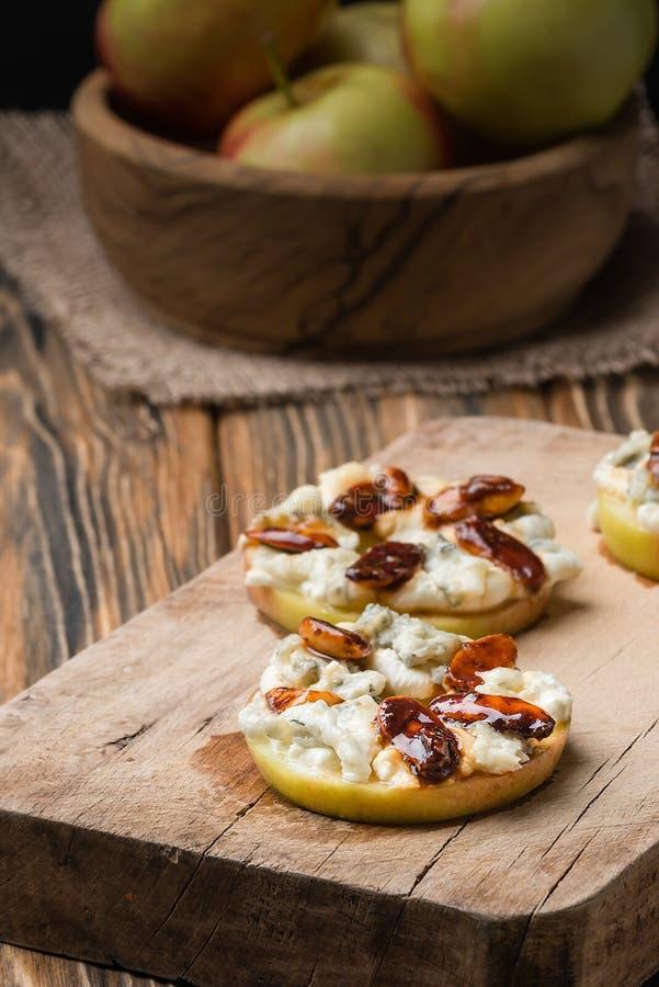 Apple circunda com o queijo creme, o gorgonzola e as porcas picantes da amêndoa fotos de stock royalty free