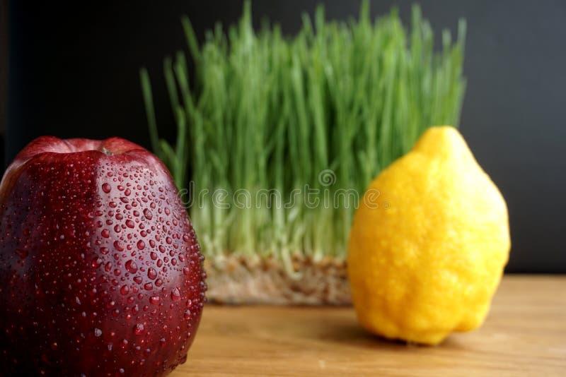 Apple, citroen en ontsproten tarwe royalty-vrije stock foto's