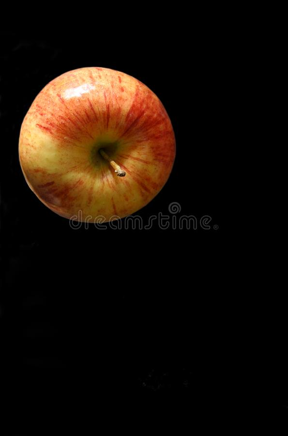 Apple cobre no preto fotografia de stock royalty free