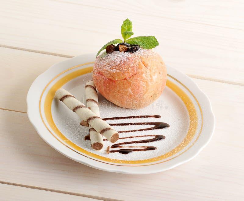 Apple cocido con la oblea rueda en una placa con el chocolate y el powde fotografía de archivo libre de regalías