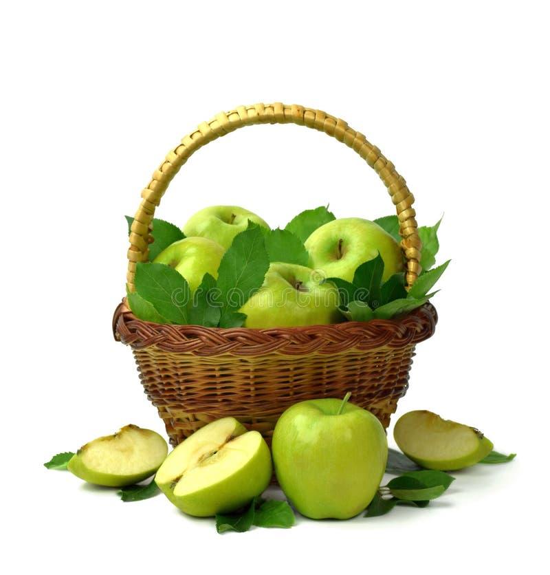 Apple colhe maçãs maduras na cesta no fundo branco Isolado Copie o espaço foto de stock
