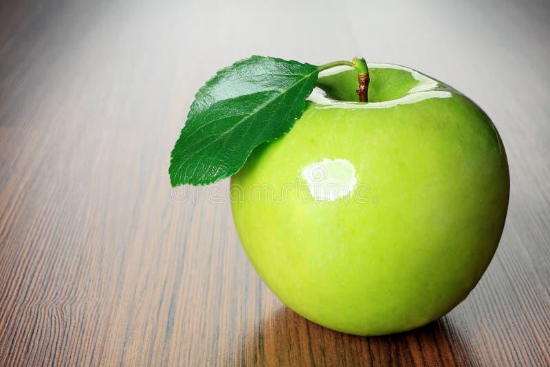 Apple com folha imagens de stock