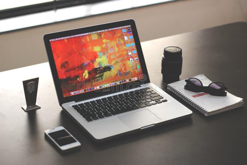 Apple Computer en el escritorio foto de archivo