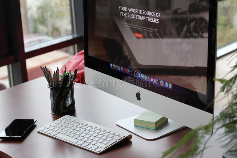 Apple Computer en el escritorio de oficina fotografía de archivo libre de regalías
