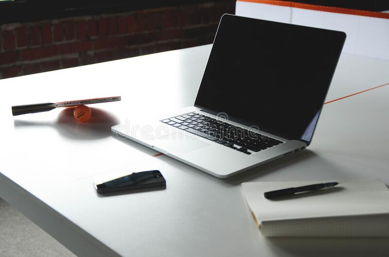 Apple Computer en el escritorio en oficina fotos de archivo libres de regalías