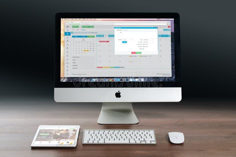 Apple Computer y tableta en la mesa imagen de archivo libre de regalías