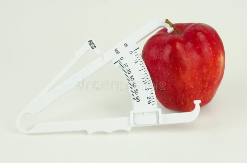 Apple con el calibrador foto de archivo