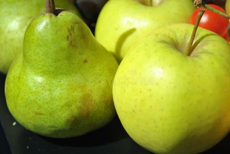 Apple contra a pera foto de stock