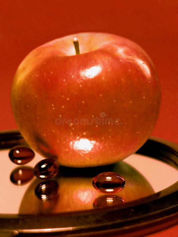 Apple contro le pillole fotografia stock libera da diritti