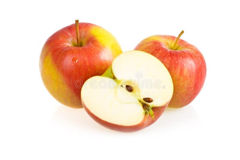 Apple cortado vermelho maduro isolado foto de stock