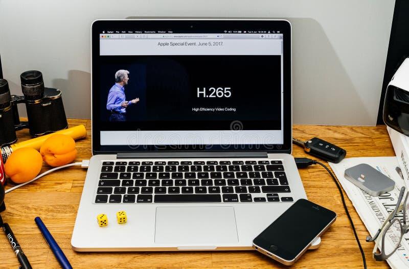 Apple Craig Federighi granskar den höga toppiga bergskedjan för macOS på WWDC 2017 h2 royaltyfria foton