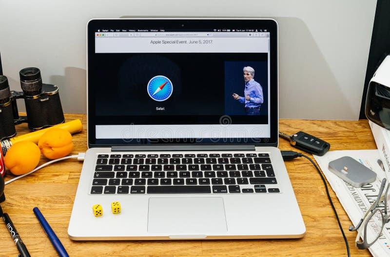 Apple Craig Federighi granskar den höga toppiga bergskedjan för macOS på WWDC-sa 2017 royaltyfri fotografi