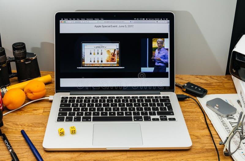 Apple Craig Federighi granskar den höga toppiga bergskedjan för macOS på WWDC-sa 2017 arkivfoto