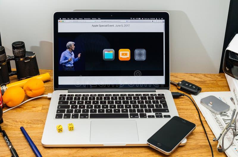 Apple Craig Federighi inspeciona a serra alta do macOS em WWDC 2017 foto de stock
