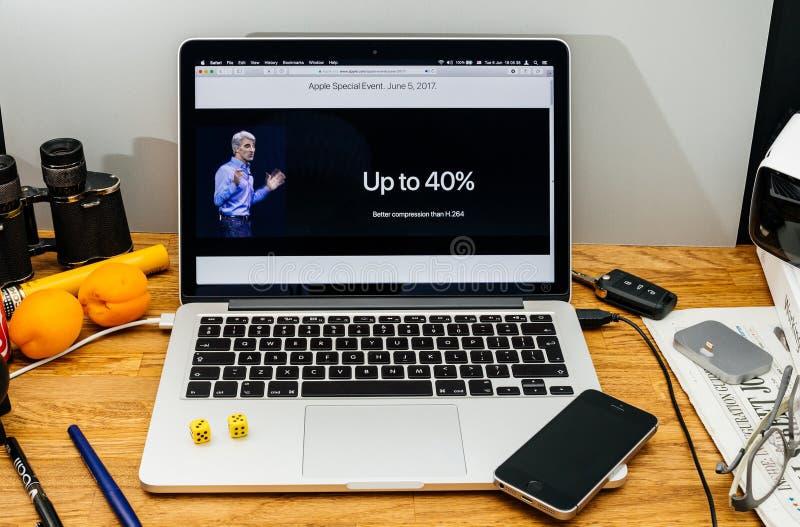 Apple Craig Federighi inspeciona a serra alta do macOS em WWDC 2017 imagem de stock