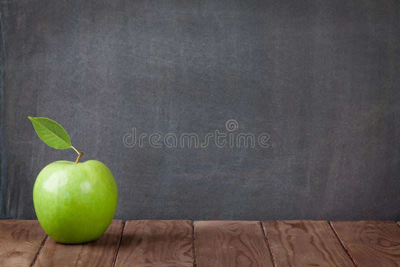 Apple da fruto en la tabla de la sala de clase imagen de archivo