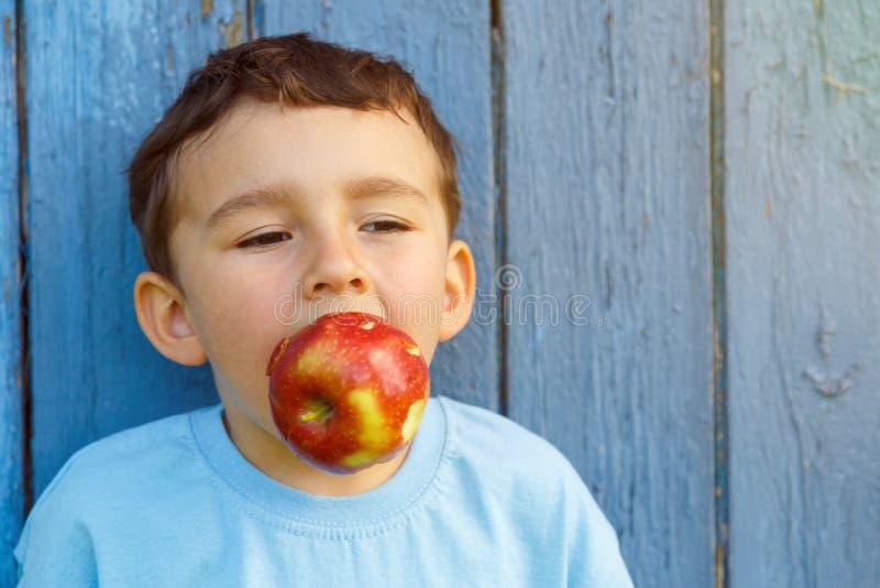 Apple da fruto espacio penetrante de la copia del copyspace del niño pequeño del niño del niño hacia fuera imágenes de archivo libres de regalías