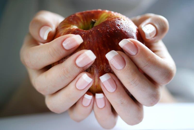 Apple dans une main femelle images libres de droits