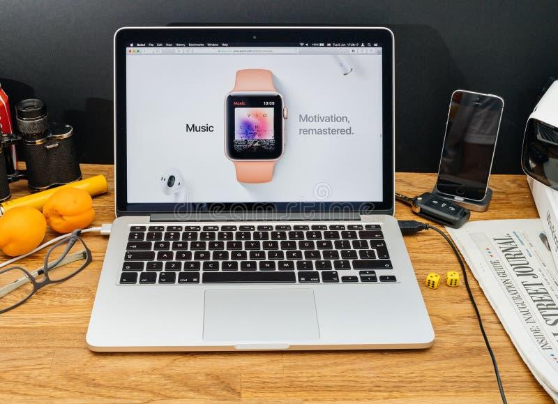 Apple-datorer på för meddelandeApple för WWDC senast OS appl klocka royaltyfri foto