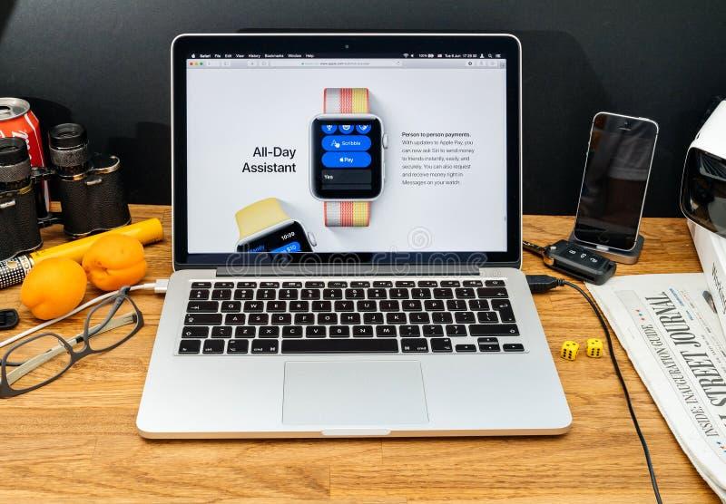 Apple-datorer på för meddelandeApple för WWDC senast pers för OS klocka royaltyfri fotografi