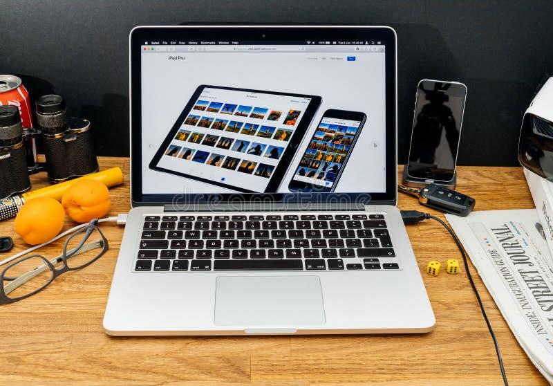 Apple-datorer på pro-senast meddelanden för WWDC av iPad och phoen royaltyfri bild