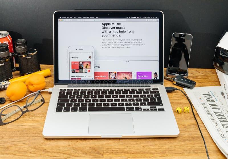 Apple-datorer på senast meddelanden för WWDC av äpplemusikios royaltyfri bild