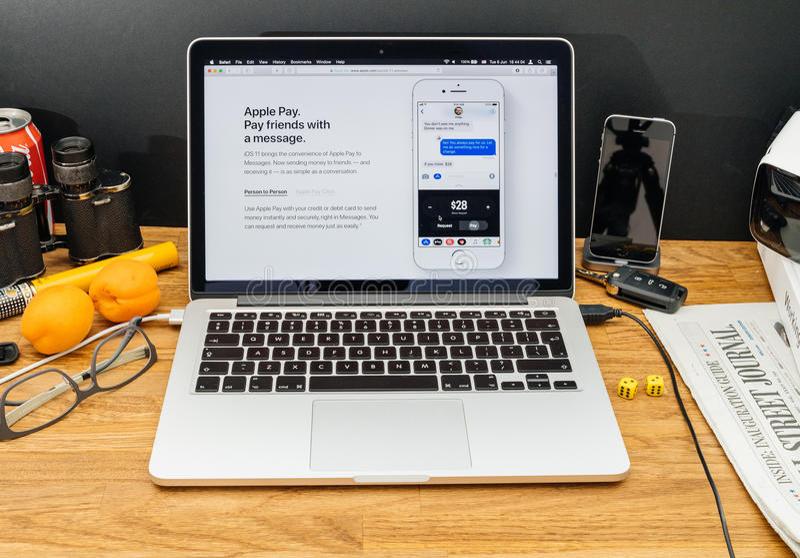 Apple-datorer på senast meddelanden för WWDC av äpplet betalar vännen royaltyfria bilder