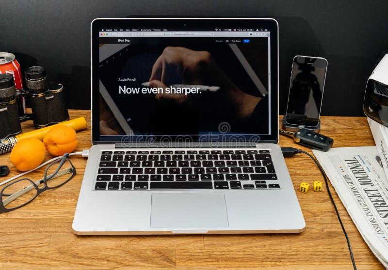Apple-datorer på senast meddelanden för WWDC av Apple ritar iPa royaltyfri bild