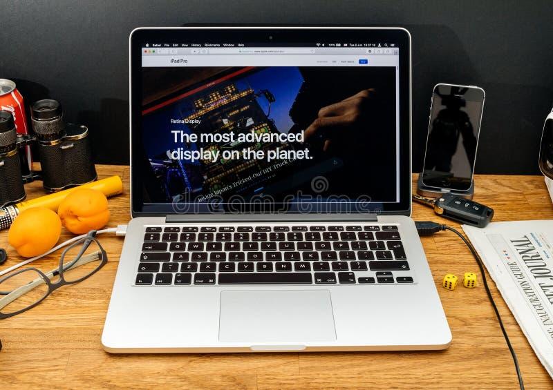 Apple-datorer på senast meddelanden för WWDC av bästa skärm på royaltyfri bild