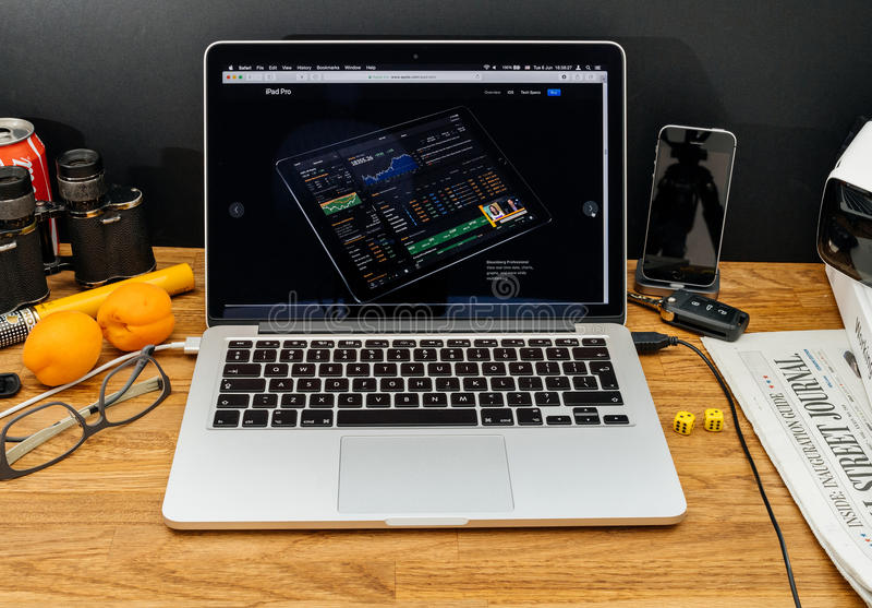 Apple-datorer på senast meddelanden för WWDC av Bloomberg Financ royaltyfri bild