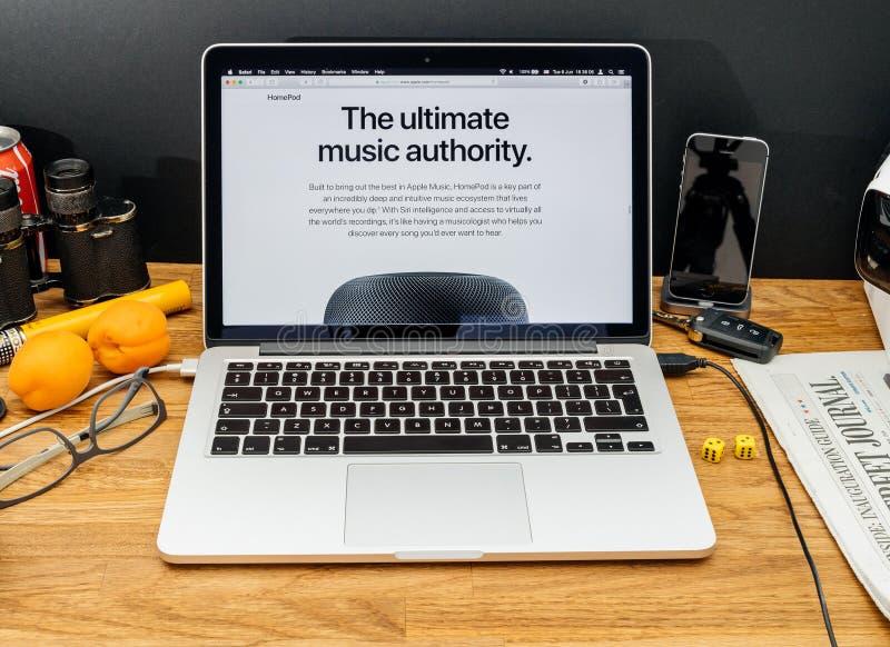 Apple-datorer på senast meddelanden för WWDC av den Apple högtalaren ho royaltyfria foton