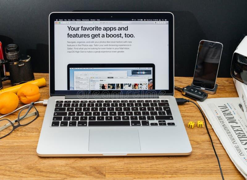 Apple-datorer på senast meddelanden för WWDC av favorit- appsmor royaltyfri fotografi