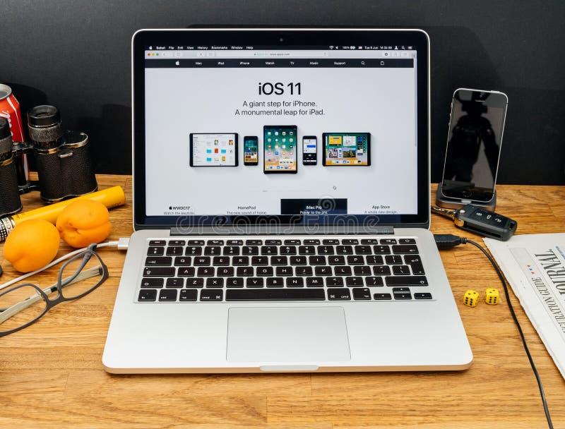 Apple-datorer på senast meddelanden för WWDC av ios 11 royaltyfri bild