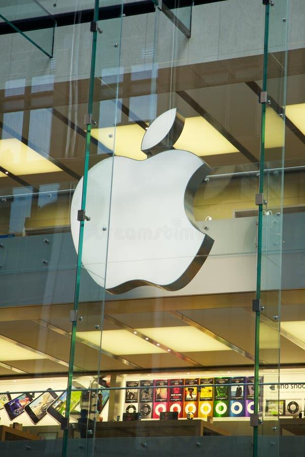 Apple-datorer som shoppar lagret royaltyfri bild