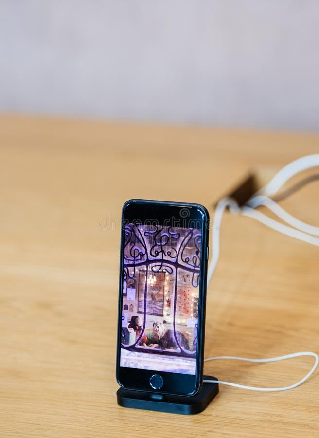 Apple-datoriPhone 8 på trätabellen arkivbild