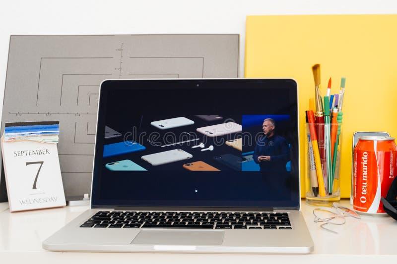 Apple-datorwebsite som ställer ut, iphone 7 tillbehör, fotografering för bildbyråer