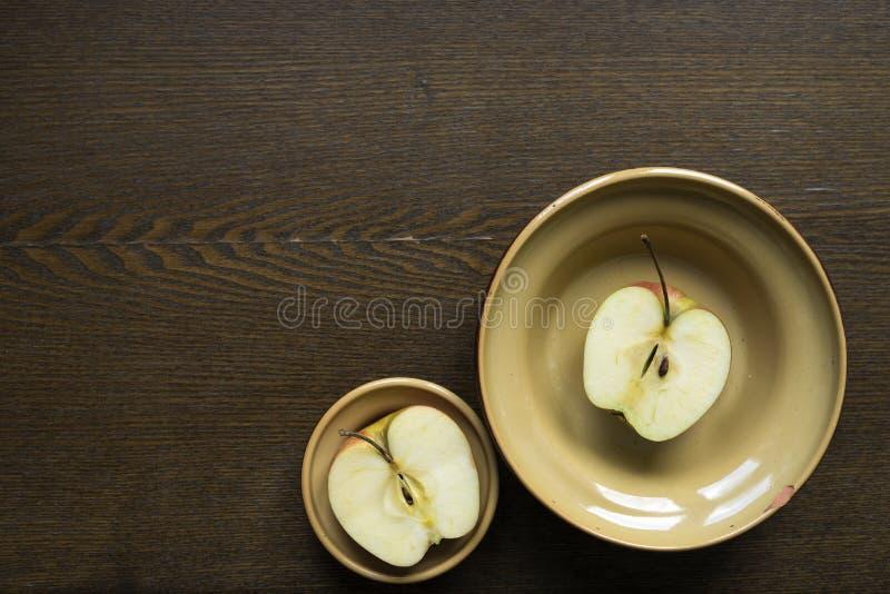 Apple-de helften in kleischotels op houten raad royalty-vrije stock foto's