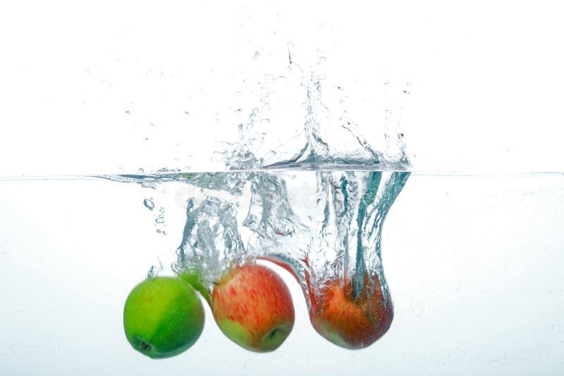 Apple de queda na agua potável imagem de stock