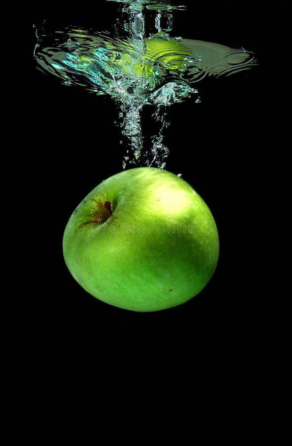Apple, der in Wasser fällt lizenzfreie stockbilder